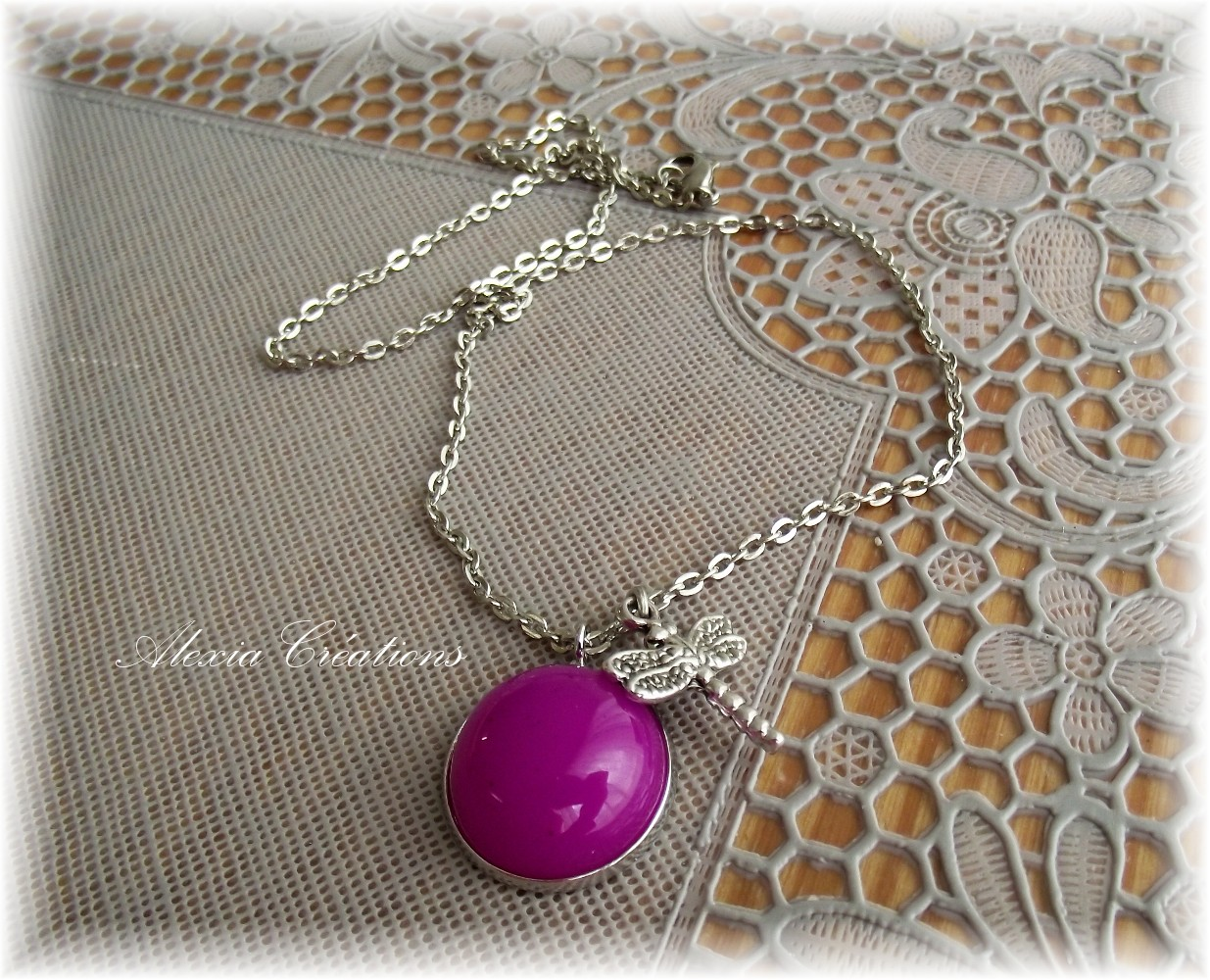 Collier Dragonfly on purple dome